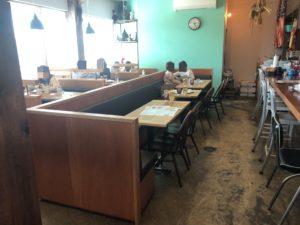 エースバガーカフェ テーブル席
